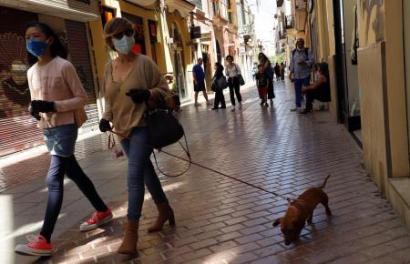 Maskenträger im Zentrum von Palma, hier in der Fußgängerstraße Sindicat.