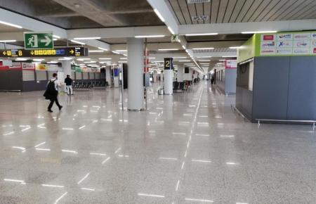 Polizei und Guardia Civil kontrollieren die Einreise am Flughafen von Palma.