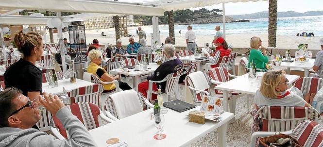 """So """"kuschelig"""" wie auf diesem Archivfoto geht es auf Mallorca Terrassen zur Zeit nicht zu. Wegen der Corona-Pandemie gilt ein Abstandsgebot. Neben den Terrassen dürfen dafür ab Montag vermutlich auch wieder die Innenräume der Restaurants geöffnet werden."""