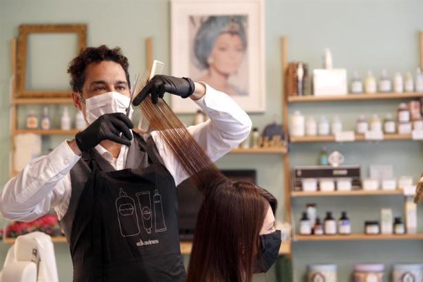 Masken sind auch beim Haareschneiden Pflicht.