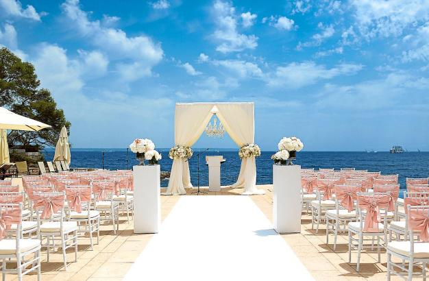 Von so einer Hochzeits-Location träum jeder. Aber auf Mallorca blieben dieses Jahr die Stühle leer.