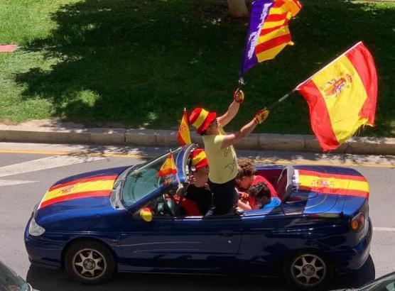 Viele Autos waren mit der spanischen Flagge geschmückt.