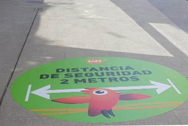 In alle Shopping-Centern, wie hier im Fan Mallorca, wird auf den einzuhaltenden Mindestabstand hingewiesen.