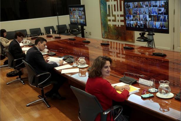 Jeden Sonntag bespricht sich Pedro Sánchez (M.) in einer Videokonferenz mit den Präsidenten der Autonomen Regionen.