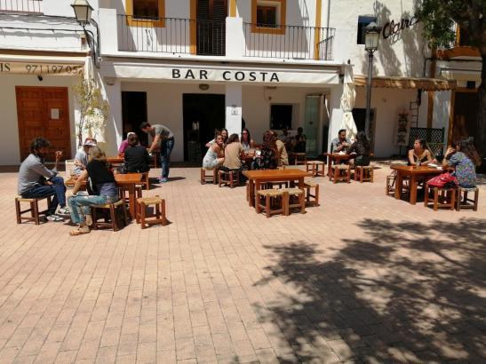 """So """"ausgedünnt"""" präsentieren sich in diesen Tagen viele Gastro-Terrassen auf Mallorca. Montag können die Wirte auch ihre Innenräume wieder öffnen, mit 50 Prozent der normalen Kapazität. Zunächst sollten es nur 40 Prozent sein."""