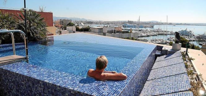 Blick auf einen Dachpool in Palma.