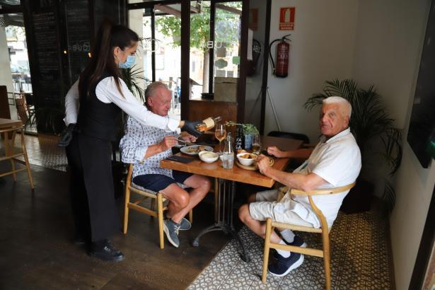 In den Bars und Cafés kehrt Normalität ein, ein großer Teil hat aber noch geschlossen.