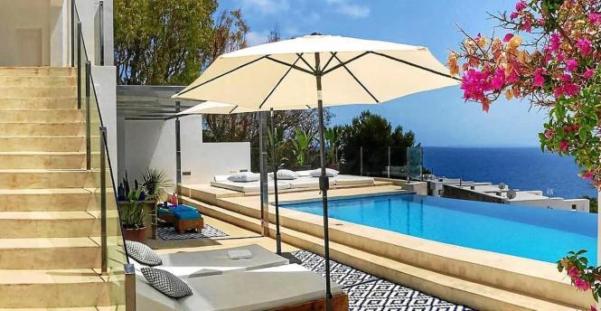 Pool einer Ferienwohnung auf den Balearen.