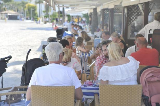 Mitteleuropäische Urlauber auf Mallorca.
