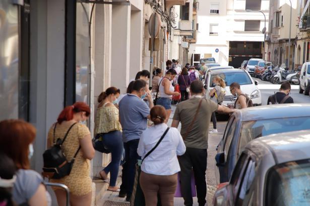 Mit der Coronakrise ist auch die Armut in Spanien wieder explodiert. Die Schlangen vor den Tafeln werden immer länger.