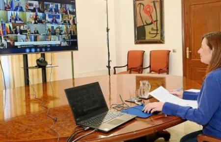 Die Balearische Präsidentin Francina Armengol während der sonntäglichen Videokonferenzen der Präsidenten der Autonimieregionen und Ministerpräsident Sánchez.