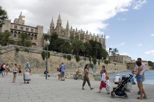 Bald wieder das gewohnte Bild von Urlaubern an Palmas Kathedrale?