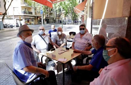 Barbesucher in Palmas Problemviertel Son Gotleu.