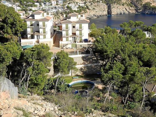 Blick auf die illegalen Wohnungen in Cala Llamp.