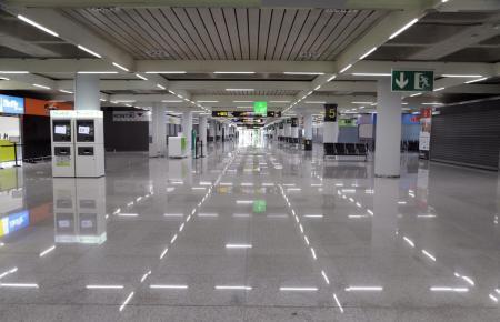 Blick in den noch immer menschenleeren Flughafen.
