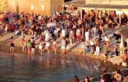 In Coronazeiten nicht erlaubt: Menschentraube auf Ibiza.
