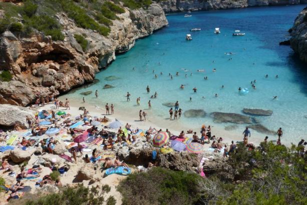 Überfüllte Caló des Moro in einem der vergangenen Sommer.