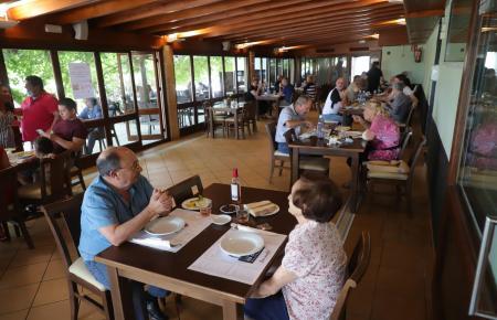"""Im Restaurant """"Es Cruce"""" speist man jetzt mit zwei Metern Abstand zwischen den Tischen."""