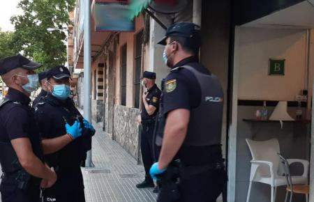 Polizisten vor der Bar in Palma.