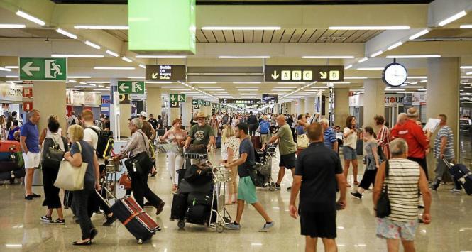 Flugreisende werden vermutlich in Zukunft während des Fluges ein Dokument mit ihren Daten ausfüllen müssen, wie man es beispielsweise von der Einreise in Nicht-EU-Länder kennt.