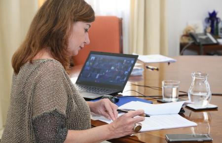Balearen-Präsidentin Francina Armengol (PSOE, Mitte) bei ihrer Videkonferenz mit Pedro Sánchez am Sonntag.