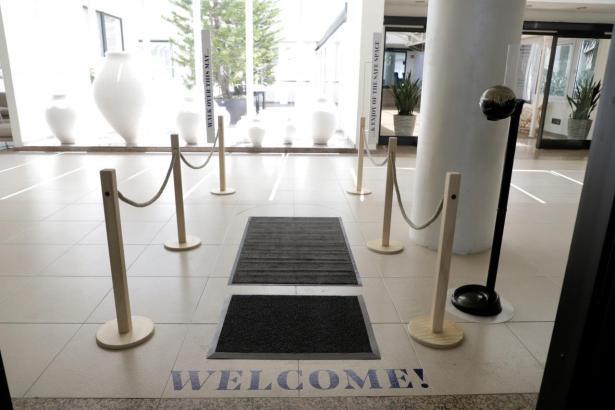 Zum Empfang müssen Gäste über einen Desinfektionsteppich schreiten.