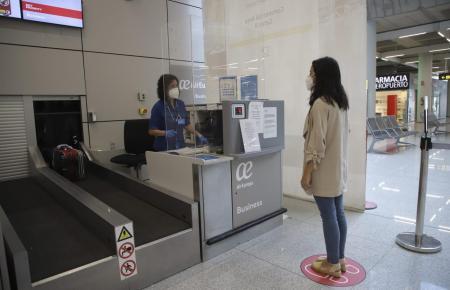 Wie hier demonstriert, wird auch am Flughafen auf Mallorca auf Abstand und Gesichtsmasken gesetzt. Einreisende müssen sich ab dem 15. Juni einer Temperaturkontrolle unterziehen.
