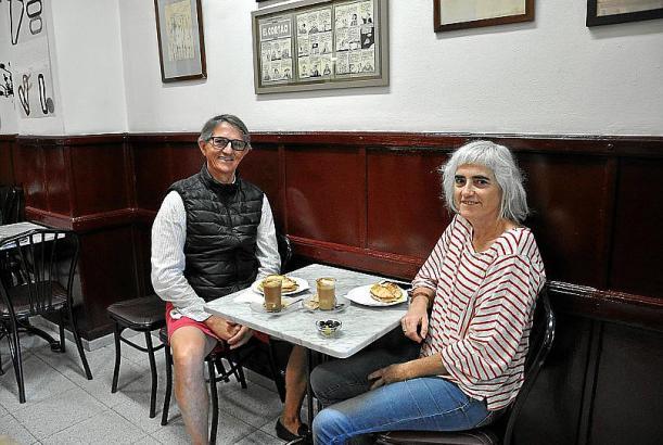 Die Stammkunden der Bars lieben ihren Kaffee.