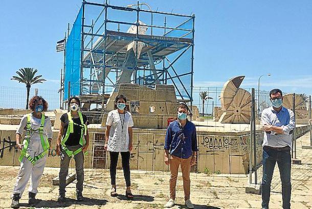 Nieves Peinado, Marga Massanet, Francisca Niell, Marcos Augusto und Antoni Noguera vor den Skulpturen von Guinovart im Parc de la Mar.