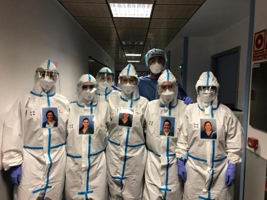 So verhüllt behandelten Mitarbeiter auf den Intensivstationen der Balearen Covid-19-Patienten.