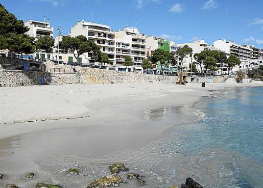Der beliebte Ferienort Porto Cristo hat kurz vor Öffnung der Insel ein stinkendes Problem.