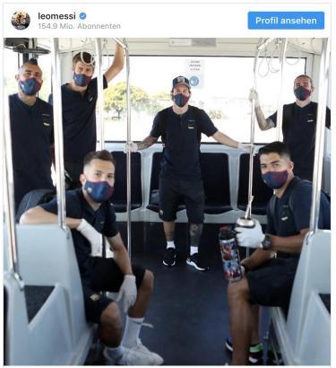 Dieses Foto postete Lionel Messi auf seinem Instagram-Account. Mit dem Team vom FC Barcelona ging es per Flughafenbus übers Rollfeld des Mallorca-Flughafens.