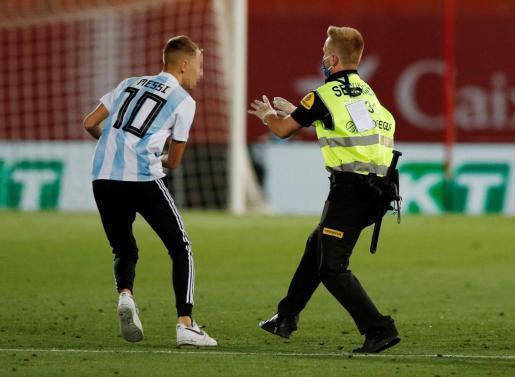 Der 17-Jährige soll finnischer Abstammung sein und war wegen einer Wette mit seinen Freunden über einen Zaun geklettert, um das Spielfeld zu stürmen.