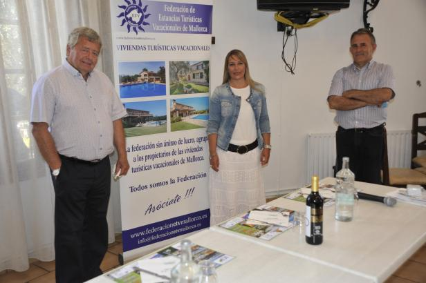 ETV-Präsident Jordi Cerdó (l.) mit zwei der Verantwortlichen für die neue Online-Webseite, Aina March und Juan Vanrell.