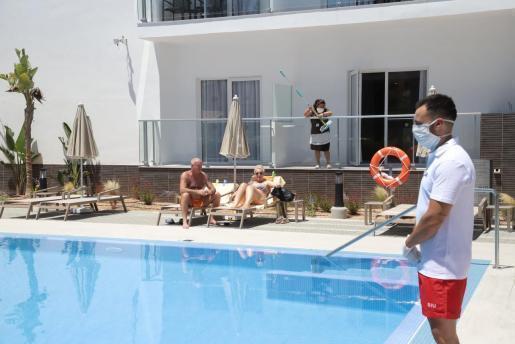 Der Hotel-Pool zog die ersten Gäste magisch an.