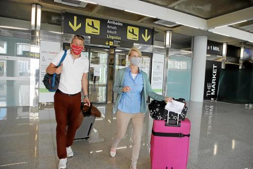 Deutsche Urlauber bei ihrer Ankunft am Flughafen von Mallorca am Montag.