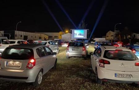 Das Autokino im Ort Alaior auf der Nachbarinsel Menorca soll bereits ein voller Erfolg gewesen sein. Nun soll die Idee auch für Mallorca umgesetzt werden.