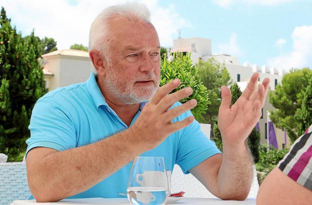 Wolfgang Kubicki im Jahr 2017 bei einem MM-Interview auf Mallorca.