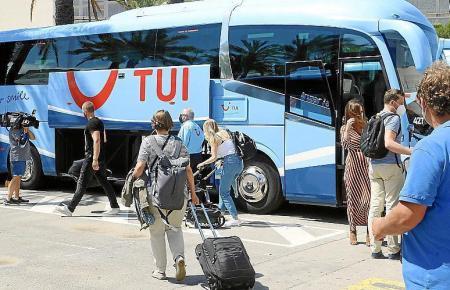 Pilotprojekt-Gäste steigen am Flughafen in einen Tui-Bus.