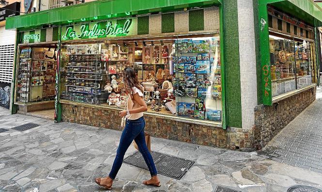 Die grüne Neonschrift über dem Eingang gehört zu den Markenzeichen des Spielwarenladens La Industrial.