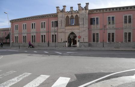 Das ist die Außenfassade der General-Luque-Kaserne samt Haupteingang in Inca, gelegen an der Avenida, die ebenfalls nach dem Militär benannt ist.