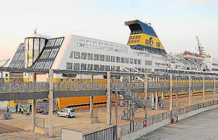 Blick auf das Schiff der Corsica Ferries.