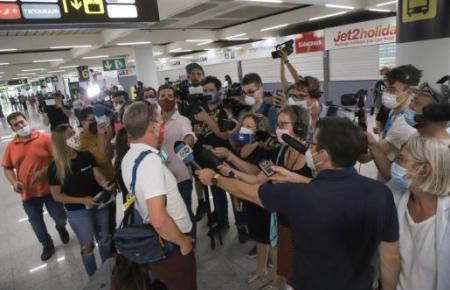 Die Ankunft der ersten Touristen aus Deutschland auf Mallorca am 15. Juni – hier auf dem Flughafen in Palma – hatte einen riesigen Medienrummel in ganz Europa ausgelöst.