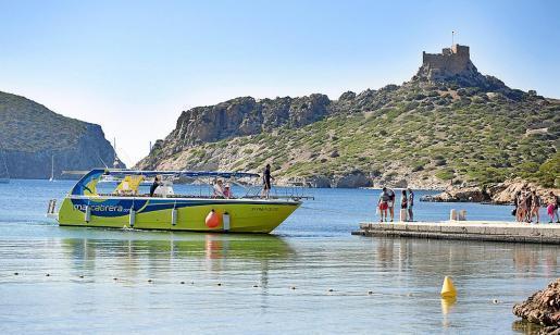 Mit diesem Boot befördert Marcabrera Tagesausflügler in den Meeres-Nationalpark von Cabrera und wieder zurück nach Colònia de Sant Jordi.
