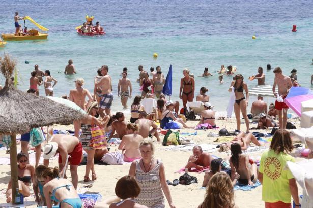 """Das Archivfoto zeigt die """"alte Normalität"""" am Strand von Illetes im Jahre 2018."""