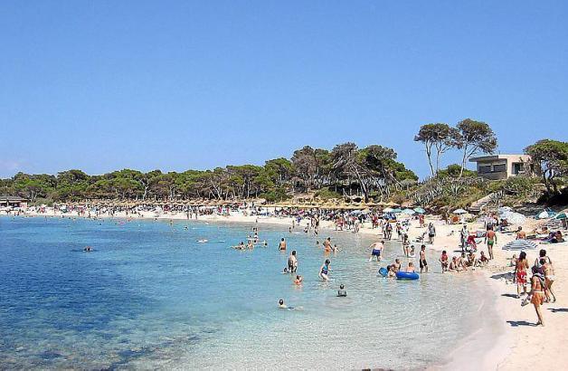 Blick auf den paradiesischen Estanys-Strand.