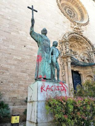 Blick auf die beschmierte Statue.