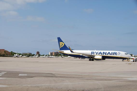 Ryanair-Jet auf dem Flugfeld des Airports Son Sant Joan.