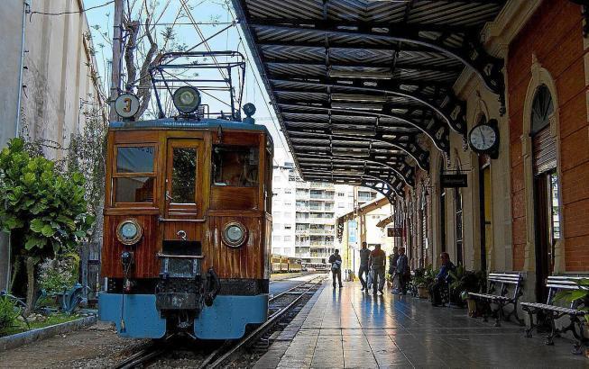 """Der """"Rote Blitz"""" im Bahnhof von Palma."""