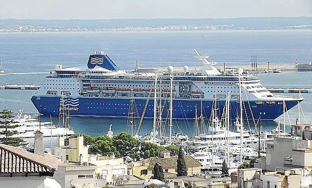 Ein Schiff von Pullmantur im Hafen von Palma.
